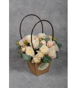 Композиция из кустовой розы и эвкалипта
